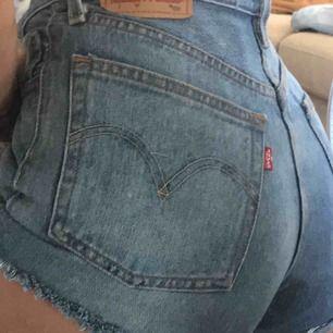 Säljer nu mina favvis shorts!! De populära och snygga Levisshortsen som gör sommaroutfiten perfekt!!! Köpare står för frakt och högsta bud får dem🤍