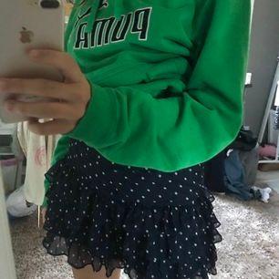 En fin prickig hollister kjol ! Lite trasig men inget som märks när den e på:) liten i storleken men passar mig okej😘💖 skulle säga att den är xs men står att den e 170 (ganska tajt att få på sig men när den e på är det inget som jag märker)