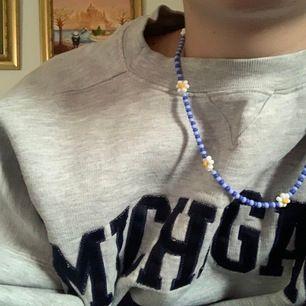säljer handgjorda pärlade halsband samt en matchande ring som syns på andra bilden 🦋 priser: halsband: 65kr ring: 30 🌸 köpare står för frakt