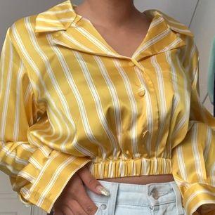 Jätte fin silkes topp! Säljs pga den inte är min stil. Aldrig använt förutom att enbart testa den💛💛 Jätte fint skick!! Köparen står för frakt, men kan även mötas💛