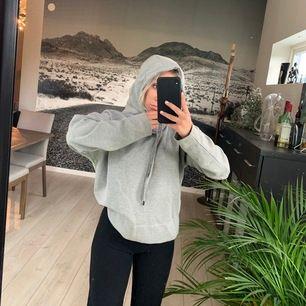 En grå hoodie. Superfin att ha till träning osv. I bra skick, knappt använd. Frakt tillkommer