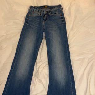 Ett var as snygga lee jeans som är vädligt dyra från början. Knappt använda men väldigt snygga. Väldigt sköna och känns inte ens som man har jeans på sig eftersom att materialet är så najs. Hör av er vid intresse💓🦋köpta för över 700
