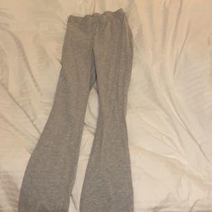 Ett bar gråa utåtsvängda thigts som är väldigt bekväma. Använda få tal gånger! Köpta för ca 100kr! Hör av er vid intresse💓