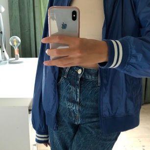 Så himla cool jacka från Gant! Väldigt trendig och just denna jacka är sååå lätt. Köpte för 2800kr i Stockholm. Den är även randig runt halsen! Aldrig använd, sälj pgr utav att den inte är min stil. Buda! Start bud:200kr