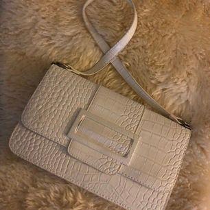 Frakt ingår i priset! 💙 superfin vit väska från Nelly, använd 2 gånger - nypris: 349kr