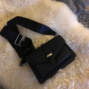Frakt ingår i priset! Superfin svart väska med avtagbart band som egentligen inte hör till själva väskan men passar jättebra ändå 🖤
