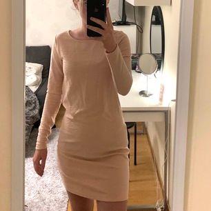 Jättegullig rosa klänning nu till sommare, sitter perfekt! Den har även en fin silvrig dragkedja där bak!