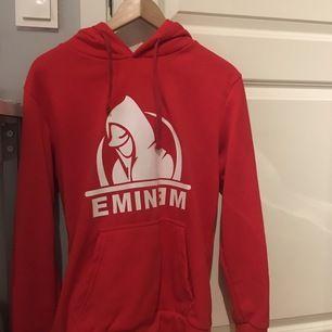 Säljer pga att jag inte gillar varken tröjan eller artisten. Aldrig använd . Vill du köpa den betalar du endast för frakten.