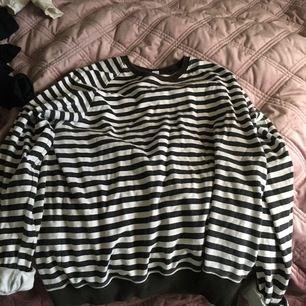 Randig sweatshirt från H&M , väl använd men ändå i mycket bra skick. Köparen står för frakten