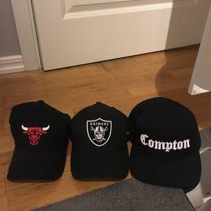 Compton, Oakland raiders och Chicago bulls keps.  . Säljer pga att jag aldrig andvänder keps.