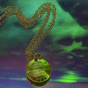 Halsbandet är dubbelsidigt med frakten inräknat i priset!💕bladhsmycken på Instagram🥰vid köp över 100kr ingår överraskningsgåva