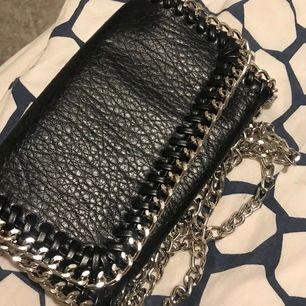 Svart väska med kedja från Scorett, använd några enstaka gånger, nyskick och helt utan skador, säljes på grund av inte min stil.
