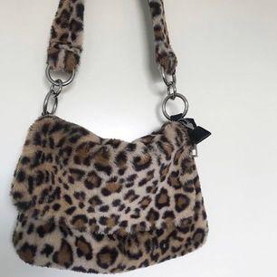 Säljer denna trendiga leopardväska då jag tröttnat på den. Behöver säljas snabbt så först i kvarn får köpa.