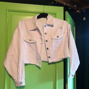 Supersnygg Ripped denim jacket från SHEIN, oanvänd! Kostar 259kr på hemsidan + 60kr frakt :) mitt pris: 210kr + 63kr frakt