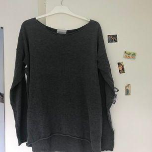 En superfin stickad tröja köpt från lgr 157💕 sticks inte! Trots väl använd så är den i oerhört bra skick! Frakt: 59 kr.
