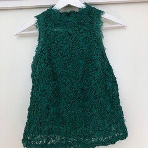 Grön spetstopp från Zara i en jättefin grön färg, första bilden ger färgen rättvisa. Sparsamt använd. Storlek M men sitter snarare som en S. skriv för fler bilder!