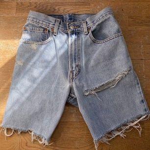 Vintage levis shorts, säljes pga för små:/ de har en fin slitning och lappen därbak är borta, köptes från ltrainvintage i newyork, frakt ligger på 50 kr, högsta bud: 350 plus frakt