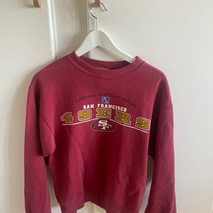 Snygg vinröd Lee sweatshirt med tryck. Inköpt på Beyond Retro för 450kr. Knappt använd. Strl L i ungdomsstorlekar. Motsvarar en stor S. Bud.