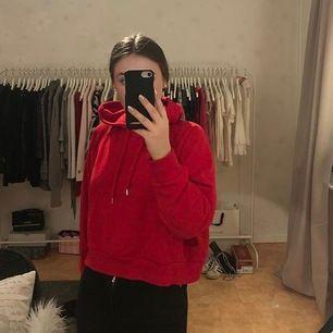En röd hoodie från Monkie. Använd en gång så är i bra skick. Kan fraktas!