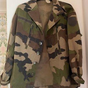 Säljer en jacka som aldrig kommer till använding eftersom jag inte tycker det är min stil. Den har knappar och även fickor. Jättefin! Lappen är borta men den sitter ganska overzised på mig så skulle säga att det är som en M.