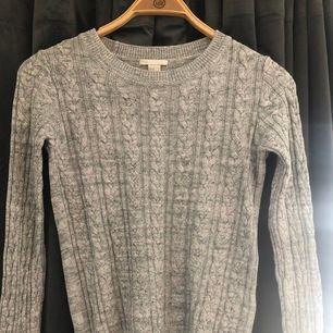 Stickad grå tröja med ett fint mönster🥰 Bara använd några få gånger