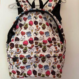 Säljer en ryggsäck med fint mönster på som aldrig används längre. Fint skick förutom att den har lite svarta fläckar på. Pris kan diskuteras🤍