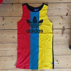 Jätte cool Adidas Klänning som inte kommit till användning och är i super skick. Den är 78 cm lång