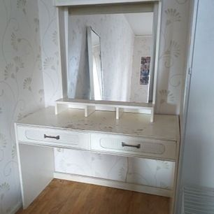 Finns i vänersborg! Buda från 100kr Säljer nu mitt sminkbord med belysning, sminkbordet är i bra skick men kan behövas målas om (se bild) därav billigt pris, buda!