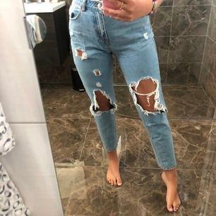 Mom jeans som nästan aldrig är använda då de inte är min stil! Storlek 38, frakt 70kr 💙