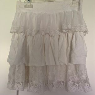 Kjol i barnstorlek, kan nog även passa en XS. Jätte söt kort kjol med resår i midjan. 25kr+frakt