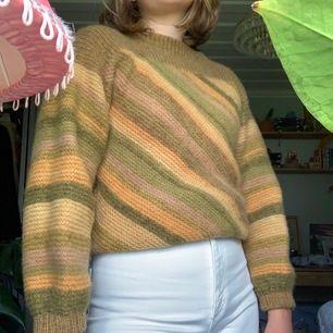Så sjukt fin stickad tröja! Tyvärr så är den stickig, men om nån vill ta sig an utmaningen så kan man ju ha på sig nått under! För den är verkligen jätte fin! 60kr+frakt