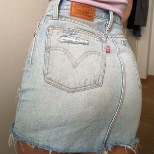 Säljer nu min superfina kjol då den blivit för liten. Super i skicket och sitter jättefint.