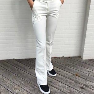 Super fina vita kostymbyxor , helt nya🥰 passar både xs och s, bild lånad från plick