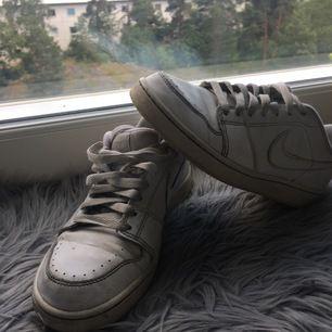 Nike skor i 38 men skulle säga mer åt 37,5. Äldre skor så sulan är lite gultonig. Köparen står för frakt och de rengörs innan de skickas