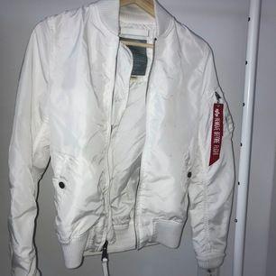ÄKTA vit Alpha Industries jacka i storlek S. Anvönt man 1-5 gånger. Mycket bra skick. Jag står för frakten
