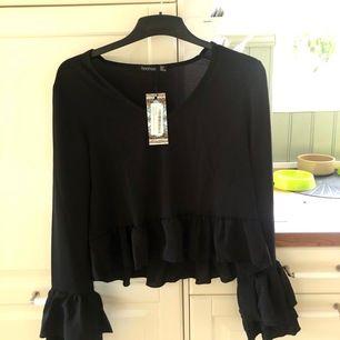 Snygg tröja från boohoo som tyvärr var för liten för mig! Storleken är UK10(motsvarar 36/38?). Den var lite liten i storleken så skulle säga att den är som en 36. Plagget är endast provat. Priset är exklusive frakt.