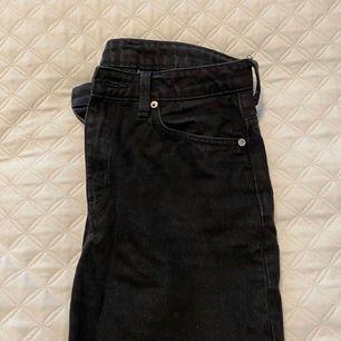 """Säljer ett par svarta byxor från Weekday i modellen Voyage! Passformen påminner om Rowe modellen bara liiite kortare i längden! Jag är 169 lång och dom går ungefär ner till precis ovaför mina skor. Dom har en """"sliten svart"""" look eller vad man kallar det🥰"""