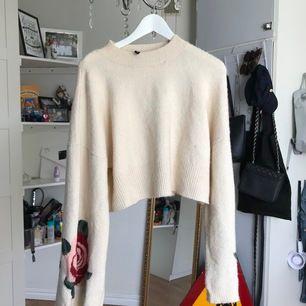 Perfekt tröja att ha på vintern super varm o mysig✨ Med stora o vida armar (Bild 2) med rosor🌹                 Perfekt att ha med ett par tights jeans🥳