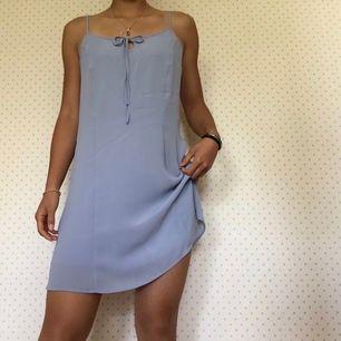 Melina dress från weekday! Fin detalj vid bröstet som kan knytas och jättefint tyg. Nyinköpt (400kr) och använd endast 1 gång, därav det lite dyrare priset.