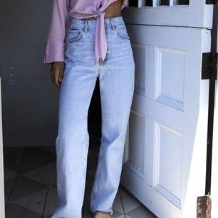 Säljer dessa populära jeans, slutsålda från zara. Perfekt passform och modell, långa. Aldrig använda, prislapp kvar. Pga fel storlek. Kan fraktas (63kr) Storlek 34 bud från: 250kr och högsta bud uppdateras här 450+ frakt