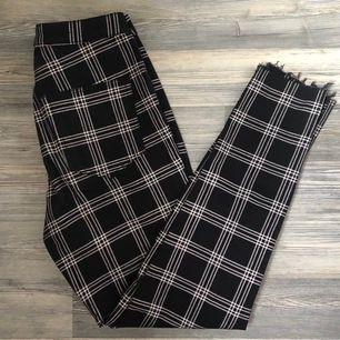 Rutiga byxor från hm, står storlek 40 men passar mig som har 36/38 i byxor! De är även insydda i midjan
