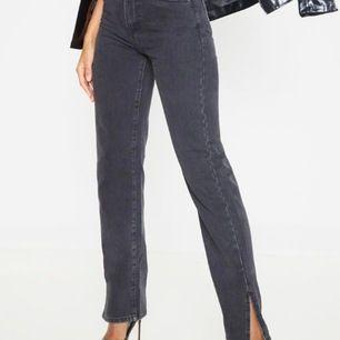 Jeans från prettylittelthing men slutsålda. Storlek 34 men passar snarare en 36. Väldigt långa i benen. Prislappen kvar. Frakt inkluderad