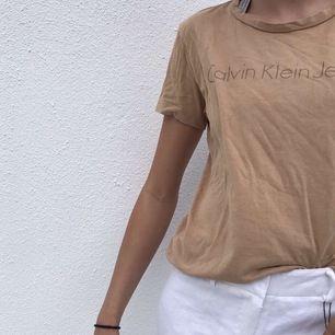 Säljer denna fina tröja från Calvin Klein i strl L men sitter som s ungefär. Bra skick