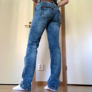 Balla jeans från de.corp (esprits märke)🕺🏼 | Snygg urtvättad färg och coola bakfickor med dragkedjor | Lite långa på mig som är 160 | Fraktkostnad på 63kr tillkommer💕