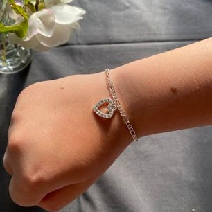 Justerbart armband med hjärtberlock. Frakt inräknad i priset.💕