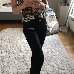 Superfina jeans från Hunkydory med dragkedjor längst ner. De är fina att ha öppna så att man får en slits men går annas jättebra att ha stängda. Försökte få med alla detaljer på sista bilden, men skriv privat om du vill ha bättre bilder! 💕🧚🏼♀️ 150+ frakt