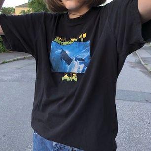 Svart t-shirt med tryck köpt på Weekday. Jättebra skick. Gratis frakt 💞