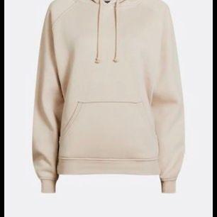 """Säljer denna ljusbeigea """"omega"""" hoodien från bikini. Fick den i julas men har inte kommit till användning. Köparen står för frakt☺️"""
