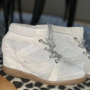 Säljer mina pavements som är en exakt kopia av Marant skorna. Använda fåtal gånger, ca 2-3 gånger! Köptes för 600kr, säljer för 430 eller högsta bud! Dom är i storlek 38 men passar även 39!  + frakt 35kr!