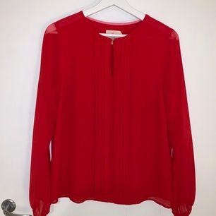 Säljer min fina röda blus, perfekt till julafton! Den är knappt använd. Säljer den för 50kr + frakt🥰